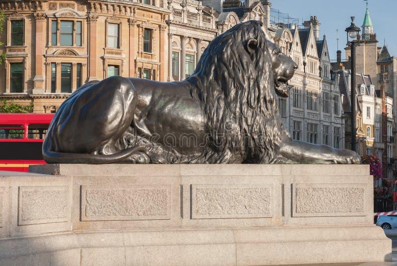 Estátua do leão em Trafalgar Square em Londres, Reino Unido foto de stock royalty free