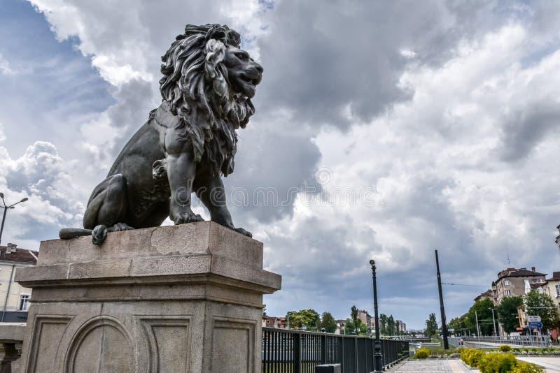 Estátua do leão na ponte do ` s do leão em Sófia, Bulgária foto de stock