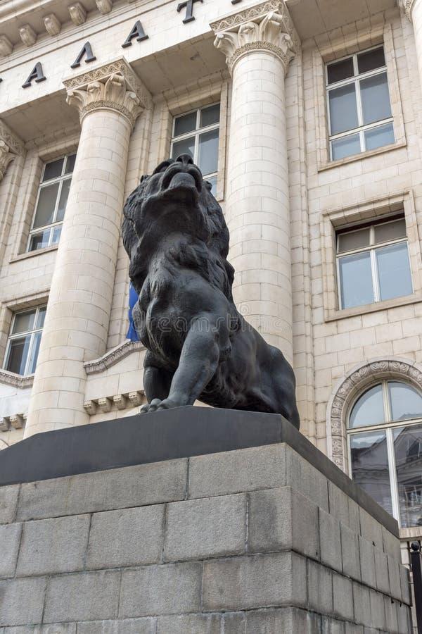 Estátua do leão do palácio de justiça na cidade de Sófia, Bulgária imagens de stock