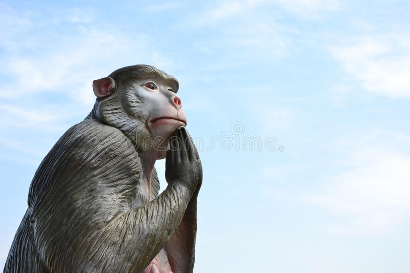 Estátua do macaco com as mãos abraçadas fotografia de stock
