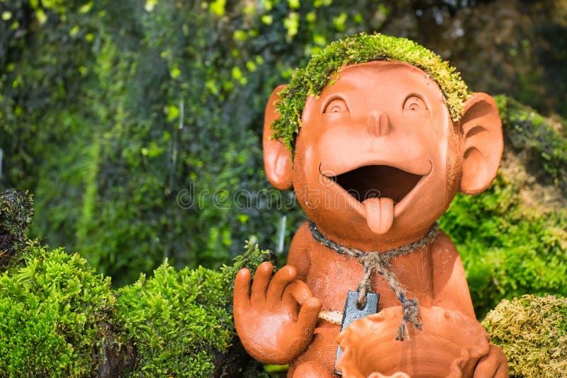 Estátua do macaco em um jardim tailândia foto de stock