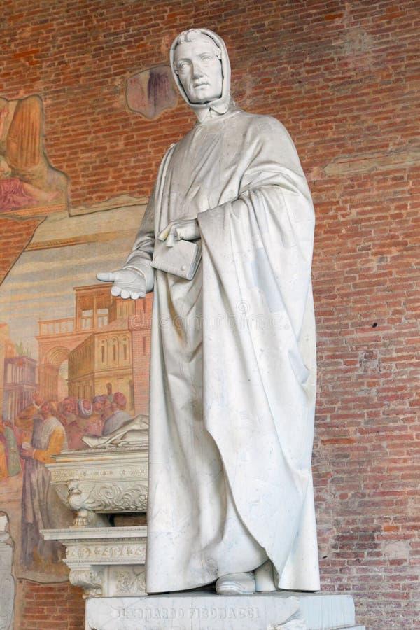 Estátua do matemático Fibonacci em Pisa fotos de stock