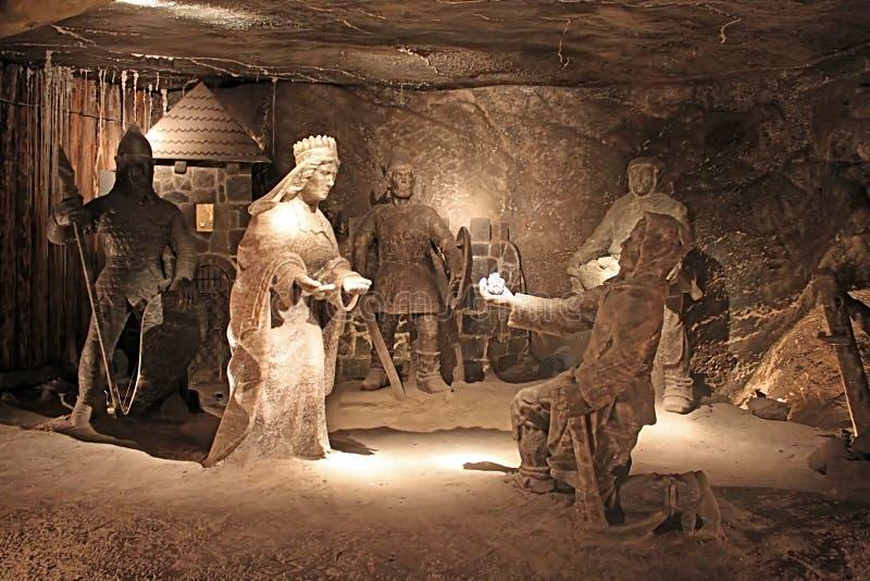 Estátua do mineiro que apresenta o sal à rainha no século XIII da mina de sal de Wieliczka, uma das minas de sal o mais velho do  imagens de stock royalty free