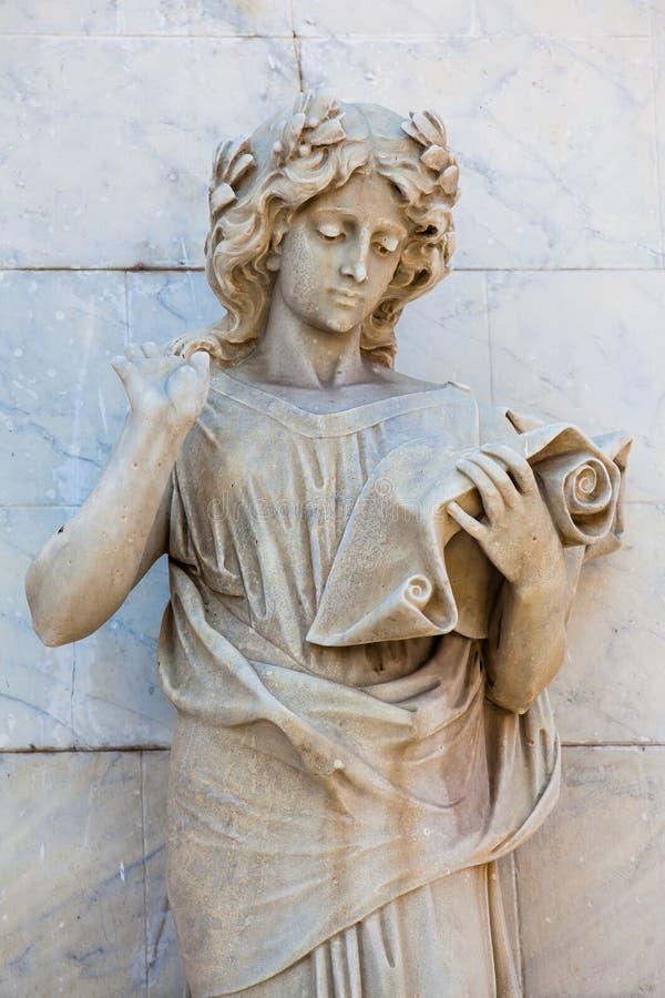 Estátua do musa do Calliope na fachada do teatro de Adolfo Mejia em Cartagena de Índia imagens de stock