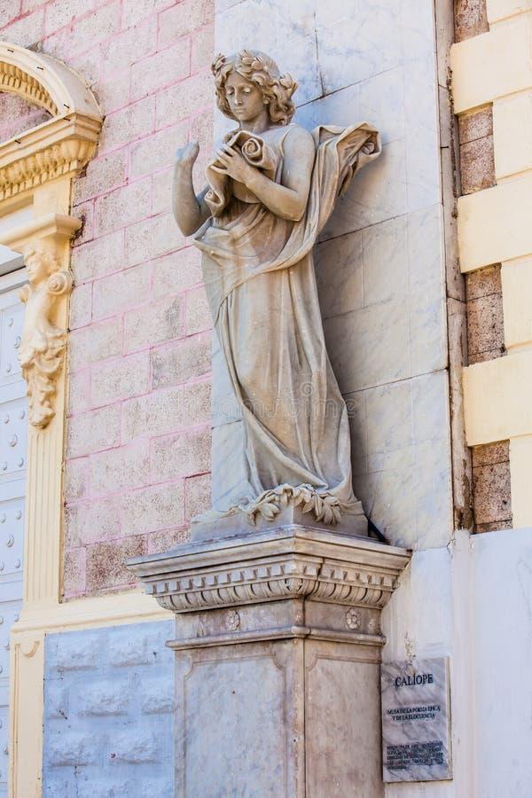 Estátua do musa do Calliope na fachada do teatro de Adolfo Mejia em Cartagena de Índia fotografia de stock