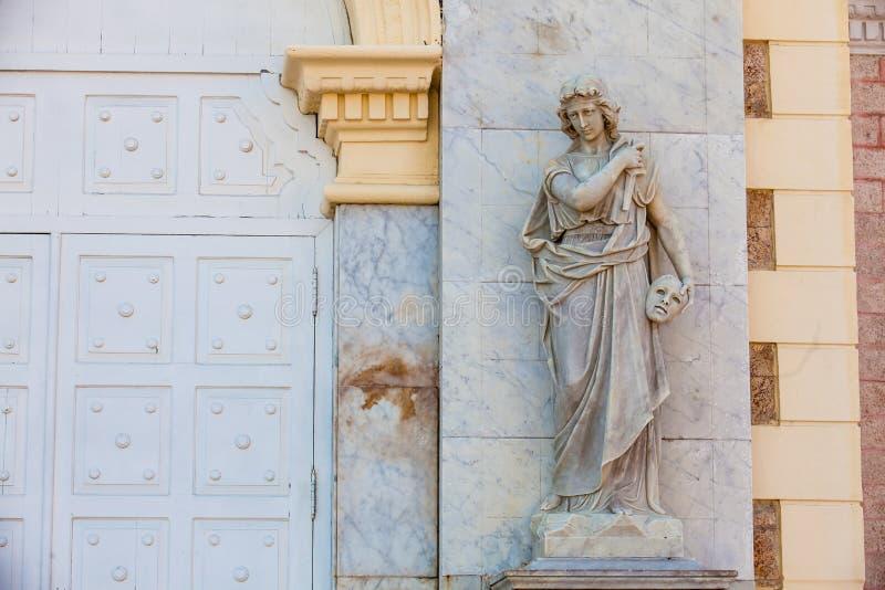 Estátua do musa de Melpomene na fachada do teatro de Adolfo Mejia em Cartagena de Índia fotos de stock royalty free