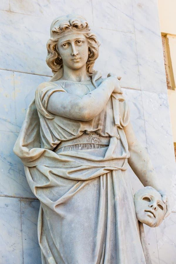 Estátua do musa de Melpomene na fachada do teatro de Adolfo Mejia em Cartagena de Índia imagem de stock
