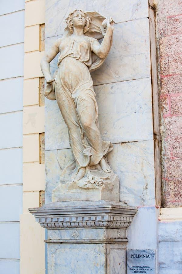 Estátua do musa do Polyhymnia na fachada do teatro de Adolfo Mejia em Cartagena de Índia foto de stock royalty free