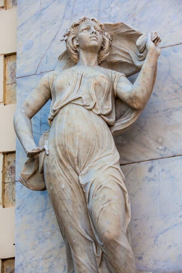 Estátua do musa do Polyhymnia na fachada do teatro de Adolfo Mejia em Cartagena de Índia imagem de stock
