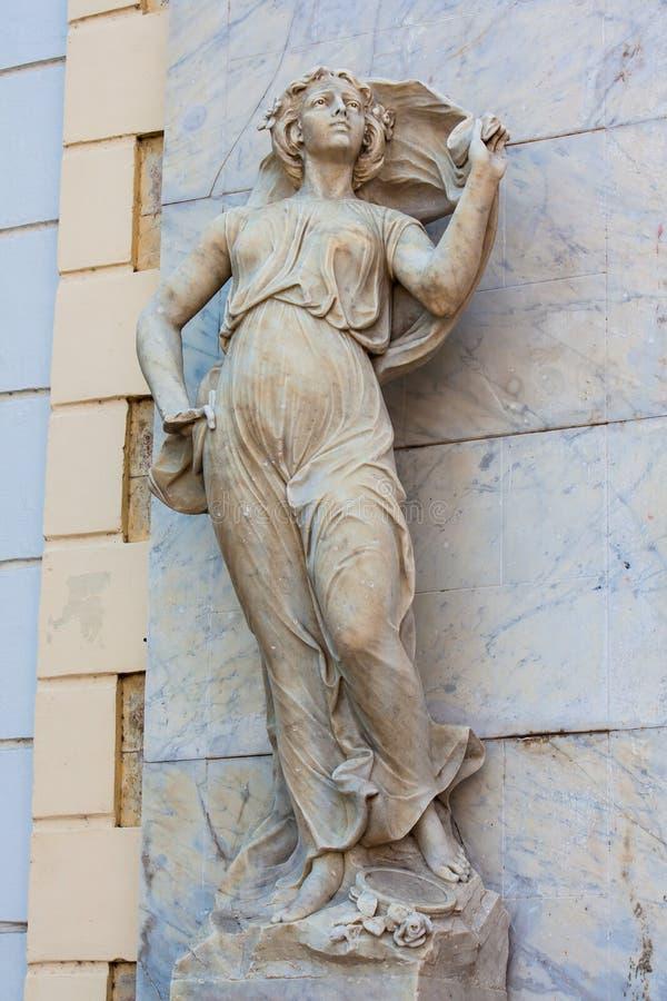 Estátua do musa do Polyhymnia na fachada do teatro de Adolfo Mejia em Cartagena de Índia imagem de stock royalty free