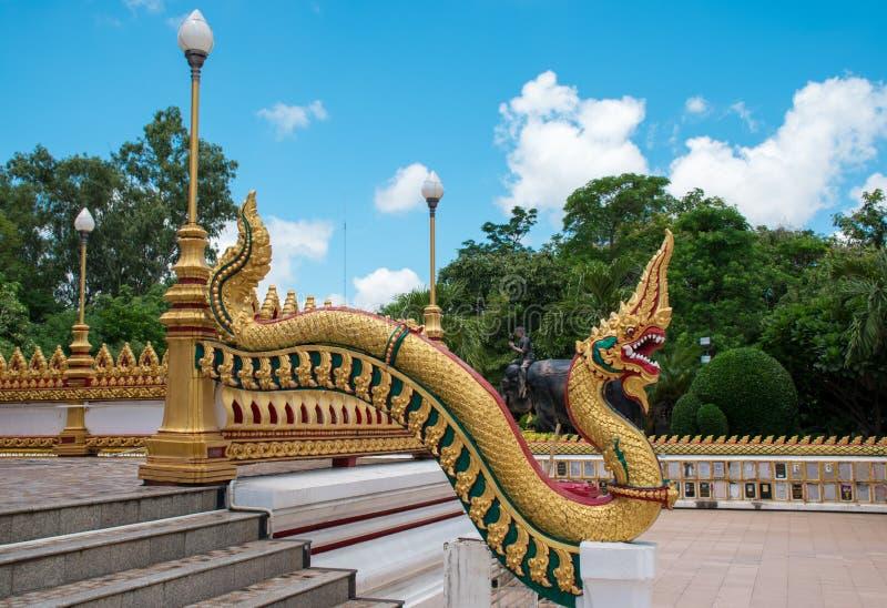 Estátua do Naga no templo imagem de stock