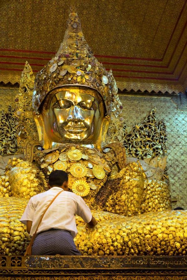 Estátua do ouro da Buda no templo de Mahamuni, Myanmar foto de stock