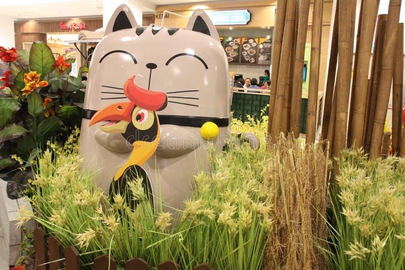 Estátua do pássaro do gato e do Hornbill no shopping foto de stock royalty free
