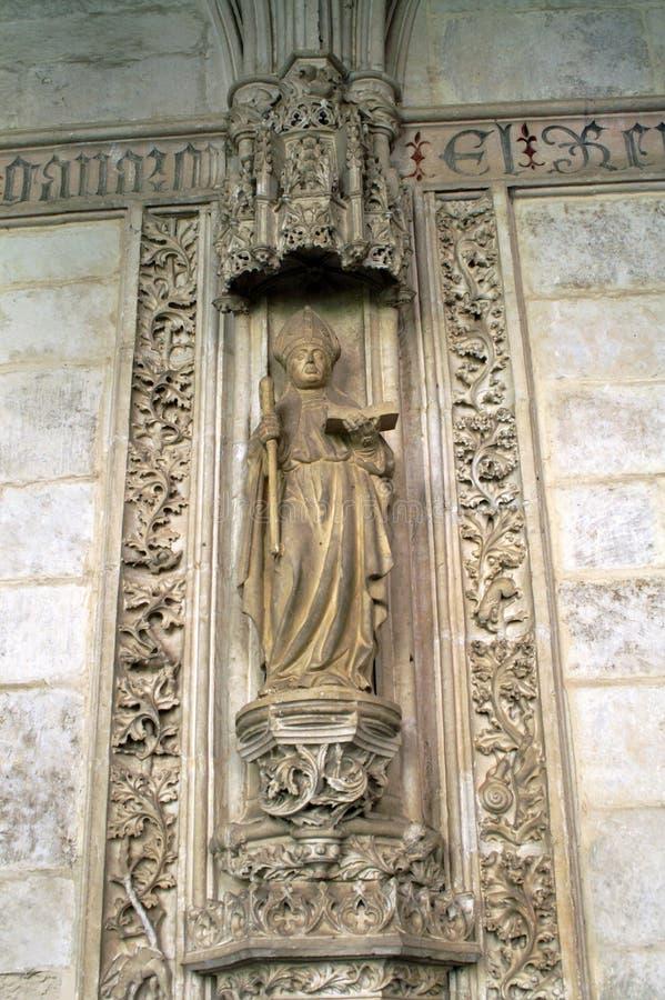 A estátua do padre é um fragmento do interior da catedral católica fotografia de stock