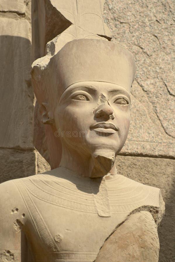 Estátua do Pharaoh no templo de Karnak imagem de stock