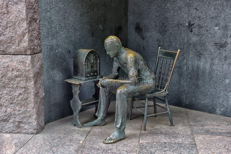Estátua do pobre homem que escuta o rádio imagem de stock royalty free