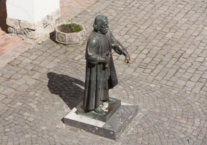 Estátua do príncipe Podolsky Fedir Koryatovych 1331-1414 no castelo Palanok, Mukachevo, foto de Ucrânia: MUKACHEVO, UCRÂNIA - ABR imagem de stock royalty free