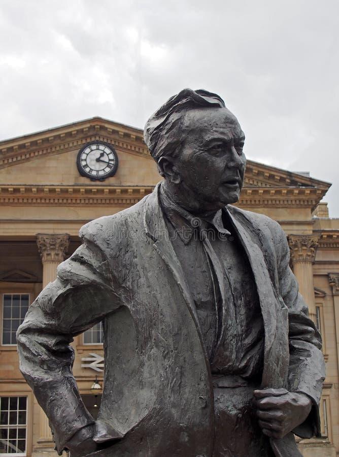 Est?tua do primeiro ministro & do fundador anteriores da universidade aberta, Harold Wilson Trabalhe o pol?tico, fora da estrada  fotos de stock