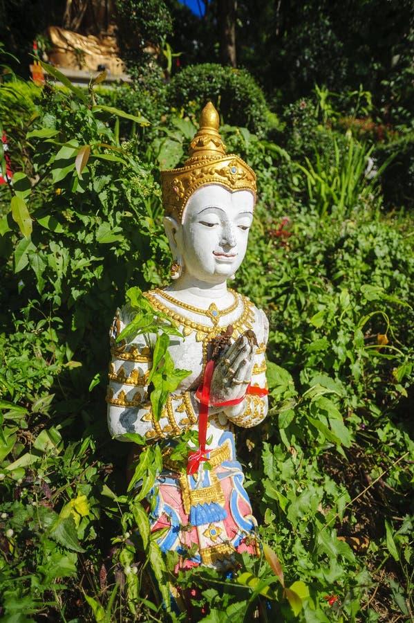 Estátua do protetor do templo em um jardim foto de stock royalty free
