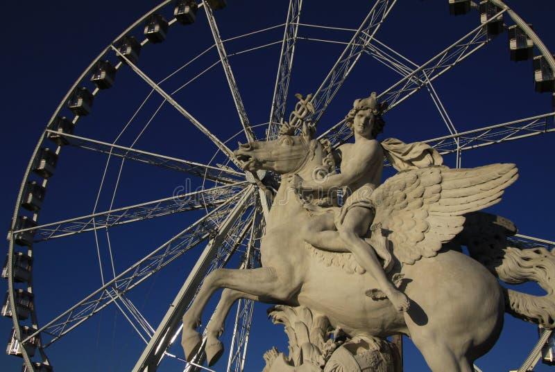 Estátua do rei da fama que monta Pegasus no lugar de la Concorde com a roda de ferris no fundo, Paris, França imagem de stock