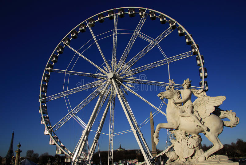 Estátua do rei da fama que monta Pegasus no lugar de la Concorde com a roda de ferris no fundo, Paris, França fotografia de stock
