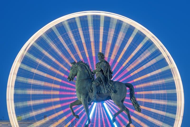 Estátua do rei Louis XIV na noite foto de stock
