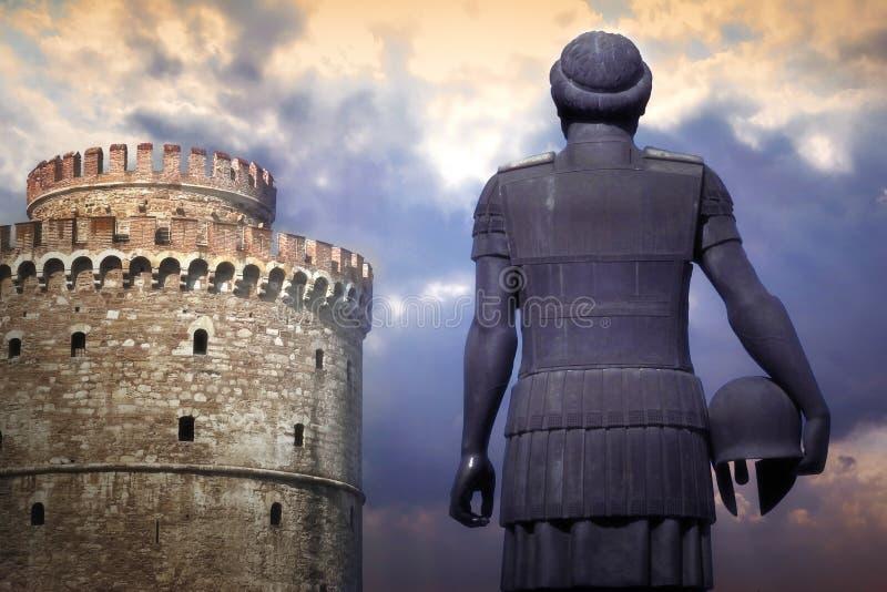 Estátua do rei Phillip II ao lado da torre branca em Tessalónica, Grécia fotografia de stock royalty free