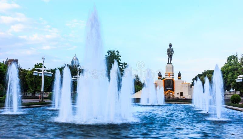 Estátua do rei Rama VI na entrada do parque de Lumpini, Banguecoque, Tailândia imagem de stock royalty free