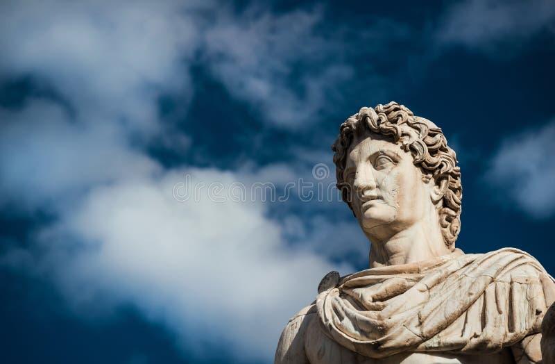 Estátua do rodízio ou do Pollux com nuvens foto de stock