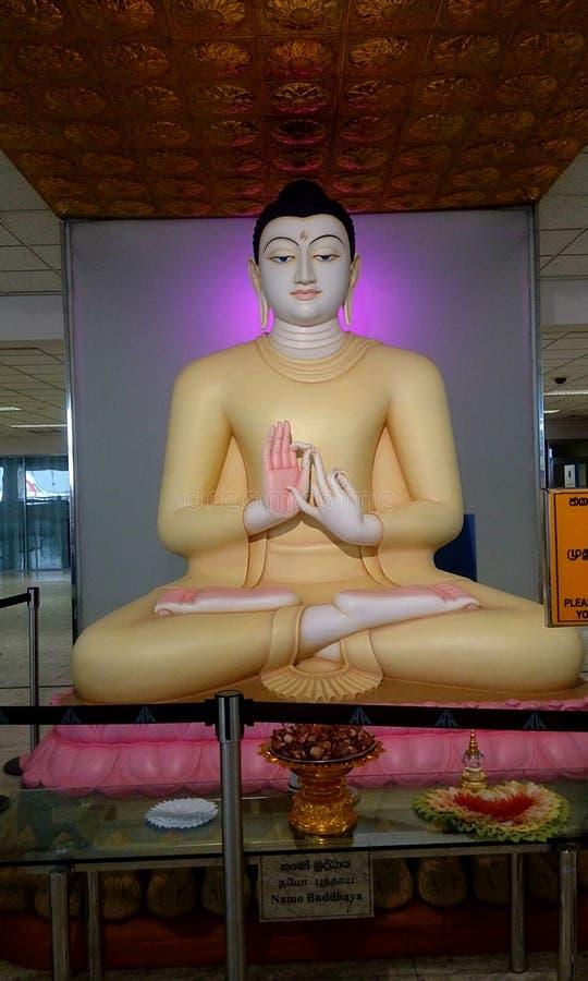 Estátua do senhor buddha com cor da sandália em um aeroporto Sri Lanka foto de stock