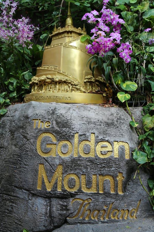 Estátua do templo budista na montagem ou em Wat Saket dourado em Banguecoque, Tailândia fotografia de stock royalty free