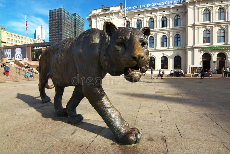 Estátua do tigre de passeio no centro da cidade de Oslo, Noruega foto de stock