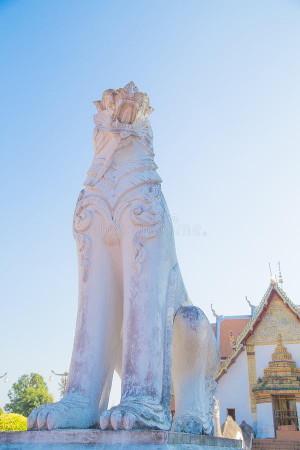 A estátua do tigre encontrou facilmente em vários templos de Tailândia imagem de stock royalty free