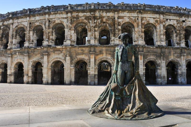 Estátua do toureiro Nimeno II e anfiteatro romano em Nimes, imagem de stock royalty free