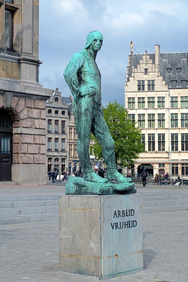 Estátua do trabalhador de doca perto da câmara municipal de Antuérpia, Bélgica imagem de stock