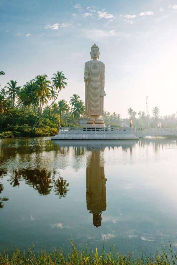 Estátua do tsunami no nascer do sol foto de stock royalty free