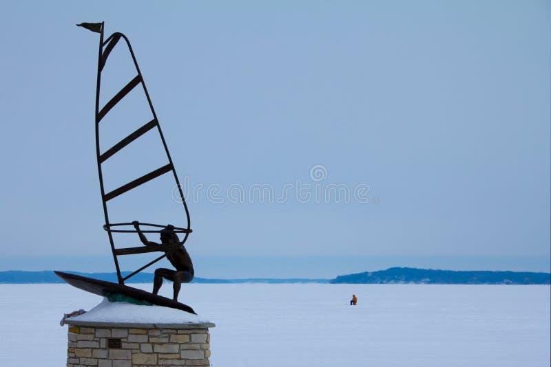 Estátua do windsurfe na praia de Fontana, WI no inverno fotografia de stock royalty free
