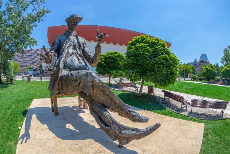 Estátua do writter romeno Ioan Luca Caragiale fotografia de stock royalty free