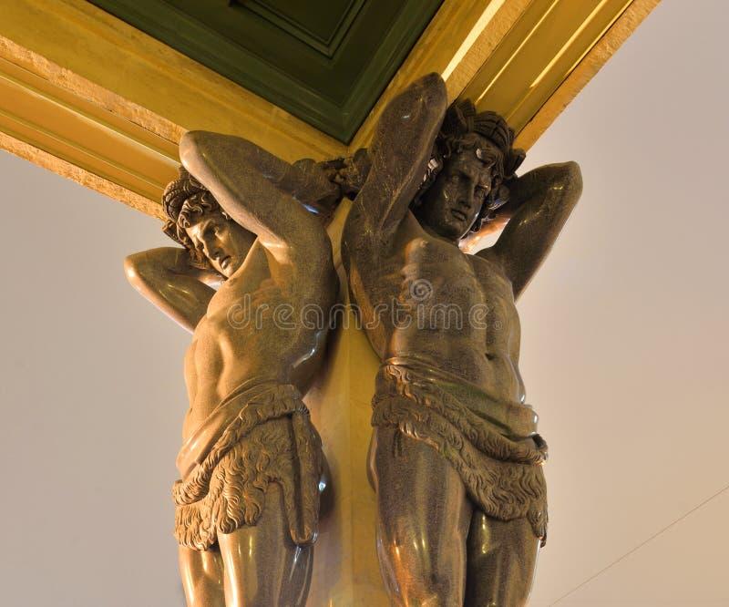 Estátua dos atlantes na construção do eremitério novo imagens de stock royalty free
