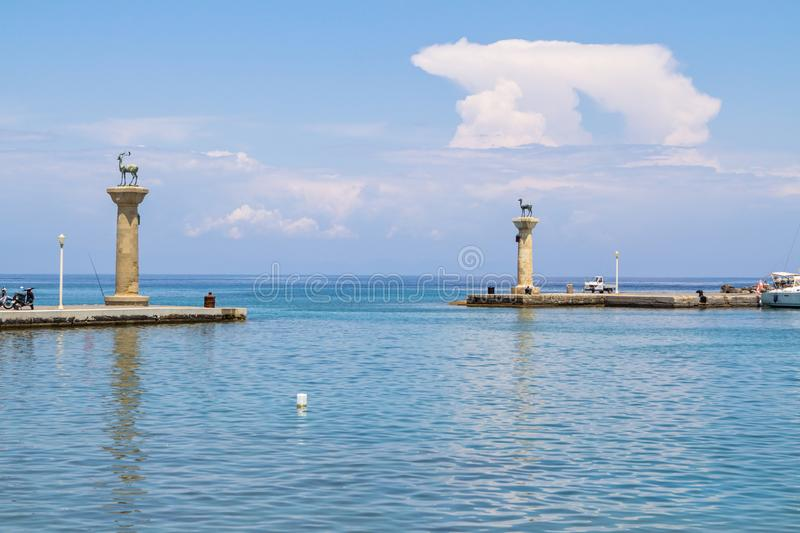 Estátua dos cervos no porto de Mandraki, o Rodes, Grécia foto de stock royalty free