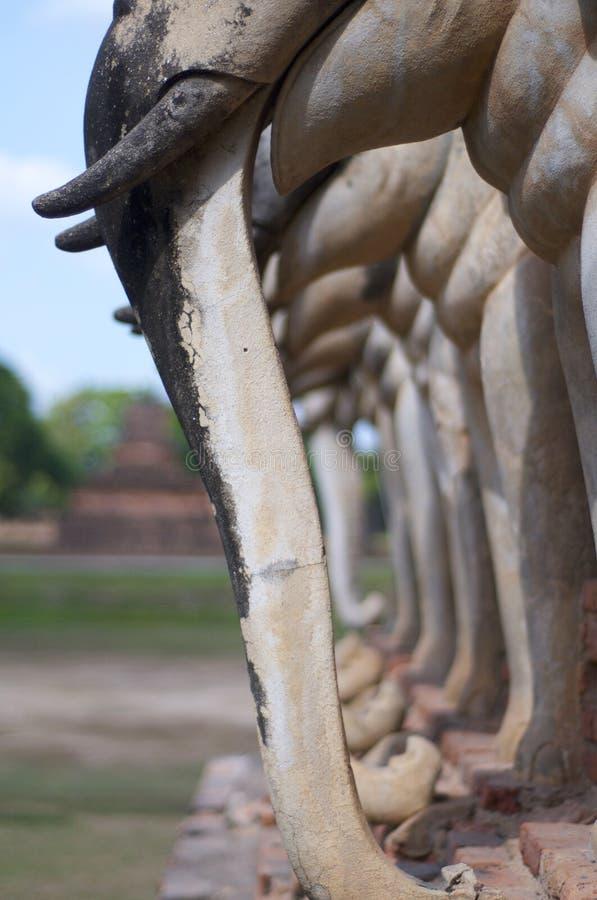 Estátua dos elefantes de Wat Chang Lom no parque histórico de Sukhothai foto de stock