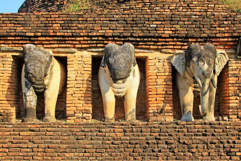 Estátua dos elefantes em Wat Chang Lom, Sukhothai, Tailândia imagem de stock