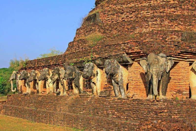 Estátua dos elefantes em Wat Chang Lom, Sukhothai, Tailândia fotografia de stock