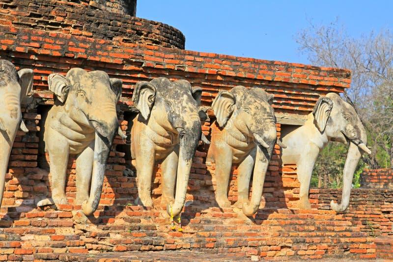 Estátua dos elefantes em Wat Sorasak, Sukhothai, Tailândia fotografia de stock royalty free