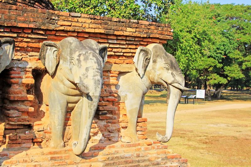 Estátua dos elefantes em Wat Sorasak, Sukhothai, Tailândia foto de stock royalty free