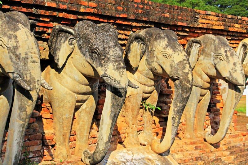 Estátua dos elefantes em Wat Sorasak, Sukhothai, Tailândia fotografia de stock