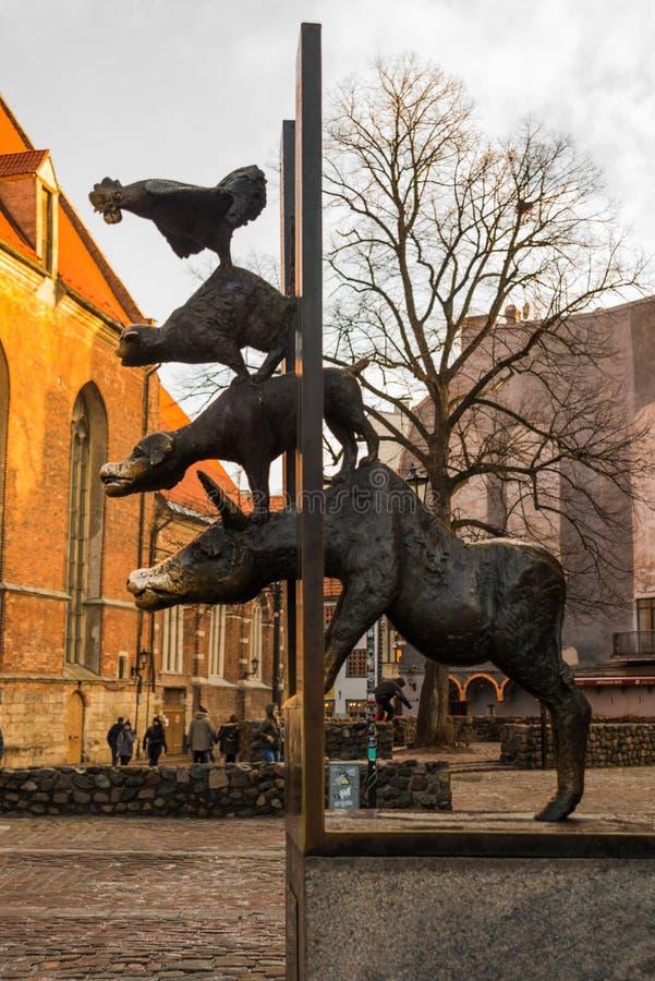 Estátua dos músicos da cidade de Brema em Riga, Letónia foto de stock