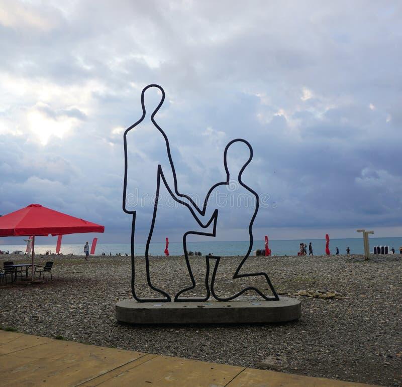 Estátua dos pares da praia de Batumi imagens de stock royalty free