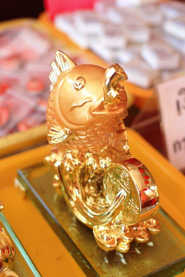 Estátua dos peixes do ouro imagens de stock