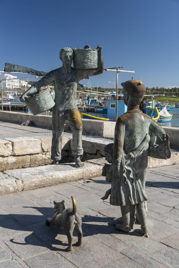 Estátua dos pescadores no porto de Marsaxlokk, Malta imagem de stock